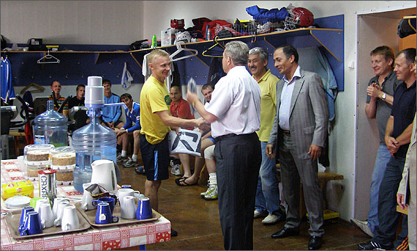 Капитану «Трубника» Андрею Кислову, недавно отметившему 36-летие, по этому случаю вручили подарок.