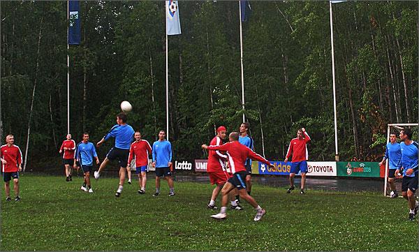В футбол играли принципиально на победу -  темпераментно, порой жестко, не уступая в единоборствах.